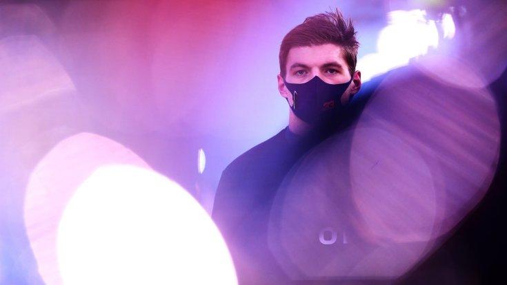 Max Verstappen a verseny napján maszkban szemből