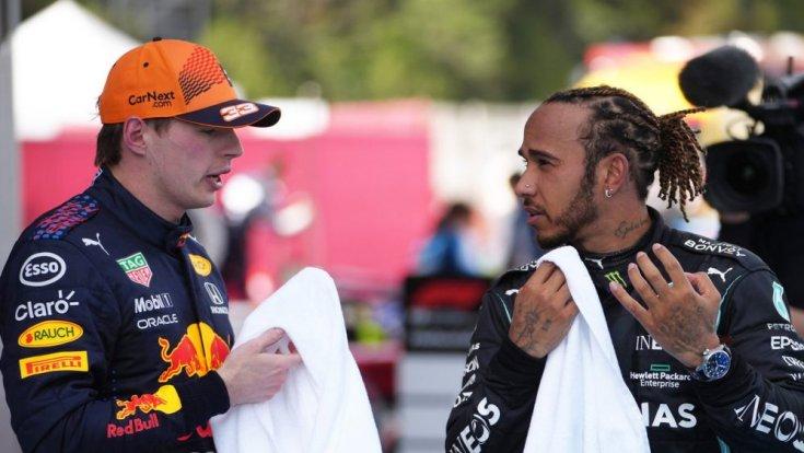 Max Verstappen és Lewis Hamilton a Spanyol Nagydíj után beszélget egymással