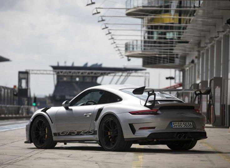 Porsche féloldalról egy boxutcában
