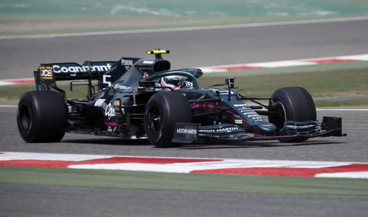 Sebastian Vettel az Aston Martin volánja mögött a bahreini teszten