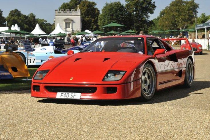 Ferrari F40 féloldalról egy fesztiválon