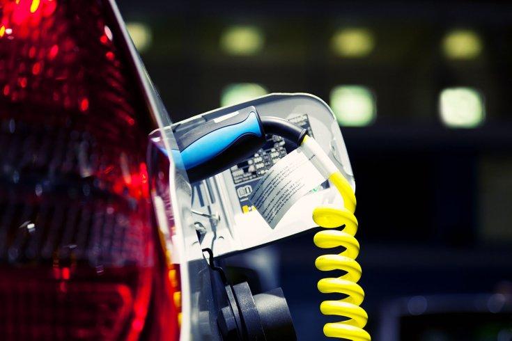 Elektromos autó töltése