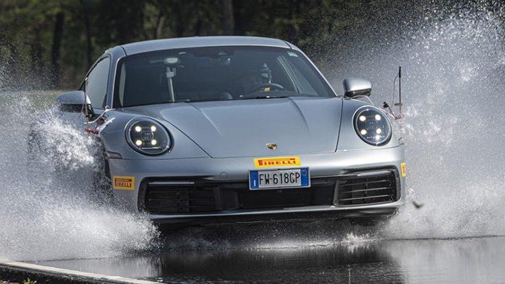 Vízátfutásba hajtó sportkocsi
