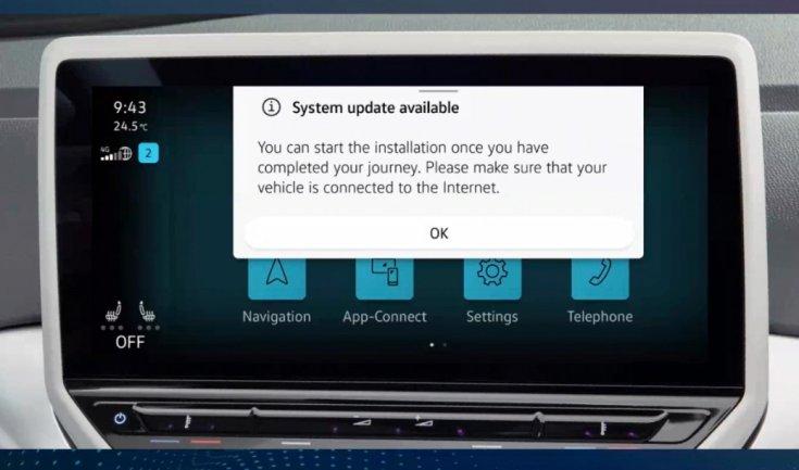 szoftverfrissítésre figyelmeztető üzenet egy infortainment képernyőn