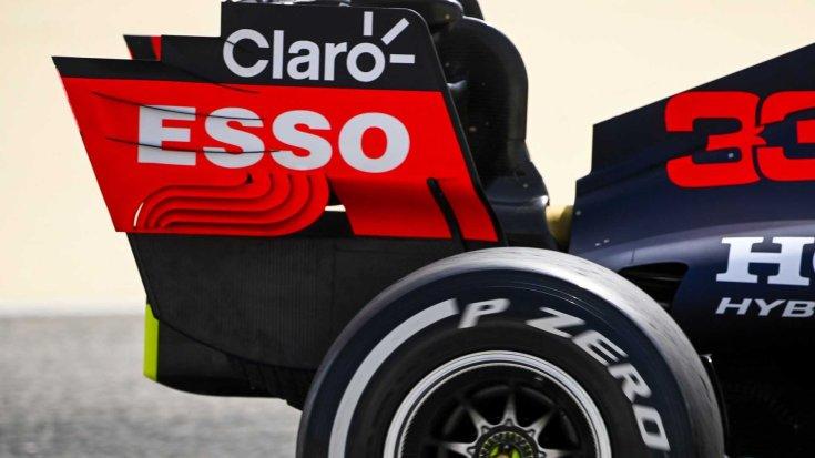 A Red Bull autójának hátsó része rajta a szponzorációs feliratokkal oldalról