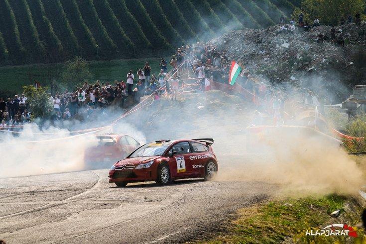 Két Citroën WRC a tömeg előtt a Rallylegenden