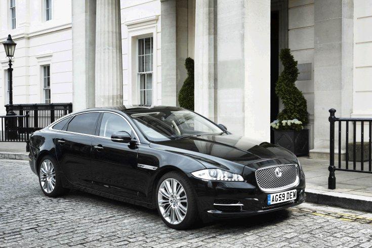 Jaguar XJ Sentinel, kastély előtt