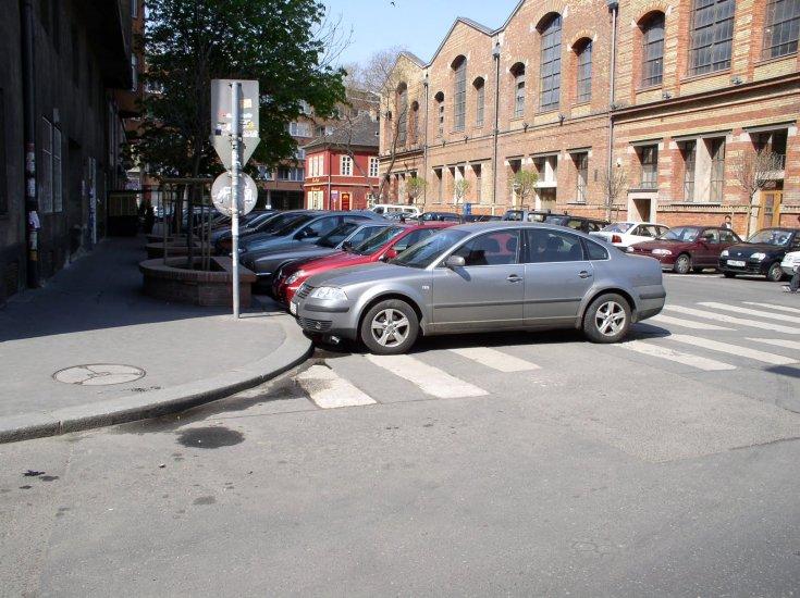 Zebrán parkolás