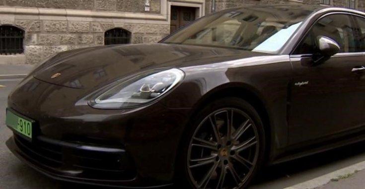 Zöld rendszámos Porsche oldalról fotózva