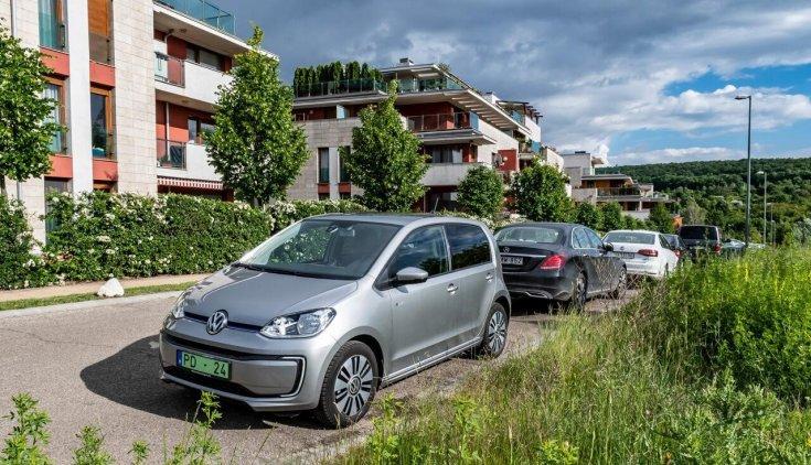 Zöld rendszámos Volkswagen oldalról fotózva (Fotó: Bosch Magyarország)