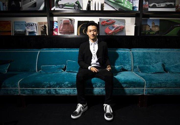 Guan Ju-Zsu ül egy kanapén