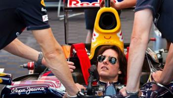 Tom Cruise egy Red Bull Racing F1-es autóban