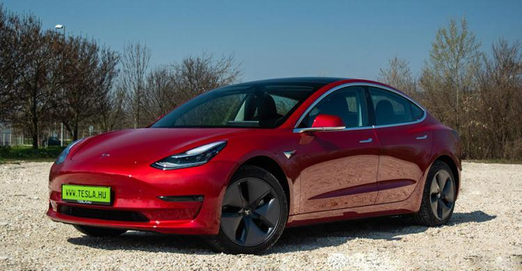 2020-as Tesla Model 3 elölről