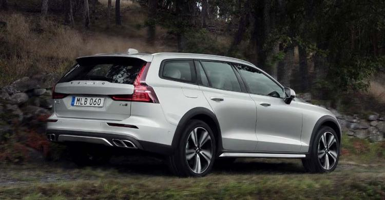 2020-as Volvo V60 Cross Country hátulról.