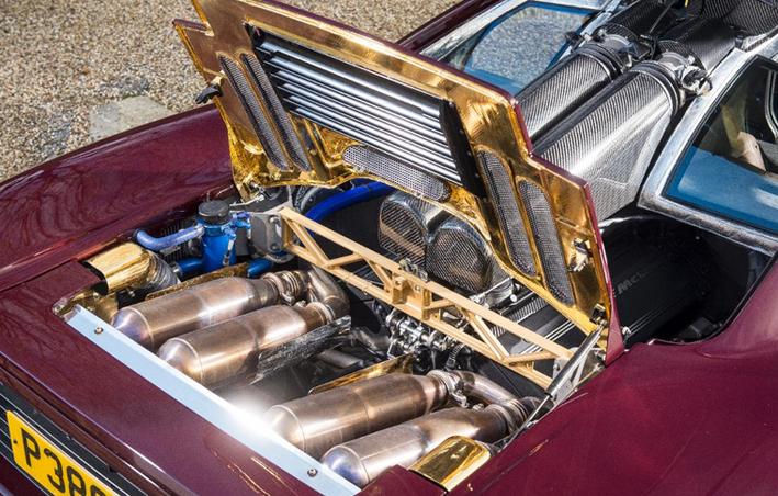 Jól látszik az aranyfólia, ami a brutálisan erős motor gerjesztette hőt hivatott visszaverni