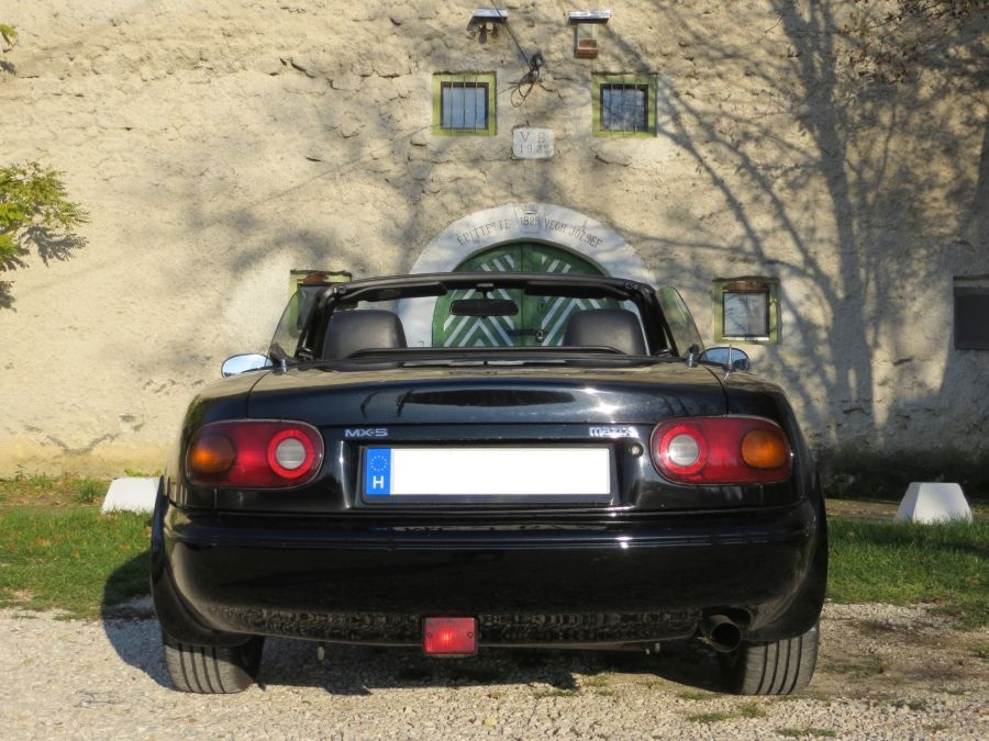 A Mazda MX-5 NA feneke is csinos